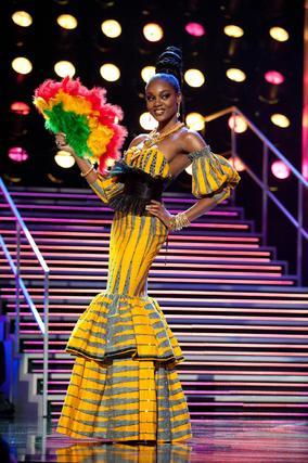 La candidata de Ghana, Awurama Simpson, posa con su traje nacional.   Foto: EFE