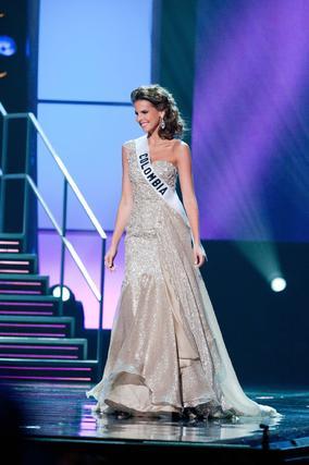 Miss Colombia, una de las favoritas, posa en traje de noche.  Foto: EFE