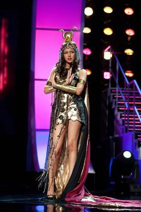 La candidata egipcia a Miss Universo 2010, Donia Hamed, posa luciendo su traje nacional.  Foto: EFE