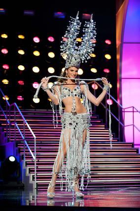 La candidata dominicana a Miss Universo 2010, Eva Arias, posa luciendo su traje nacional.  Foto: EFE