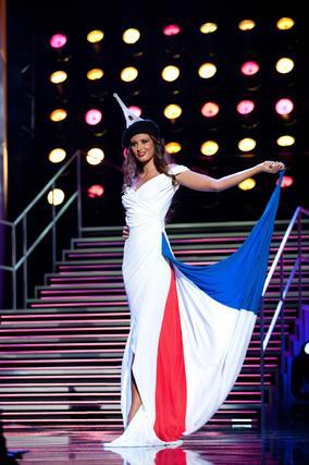 La candidata francesa a Miss Universo 2010, Malika Menard, posa luciendo su traje nacional.  Foto: EFE