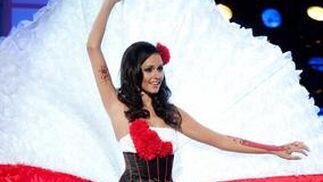 La candidata polaca a Miss Universo 2010, Maria Nowakowska, desfila con su traje nacional.  Foto: EFE