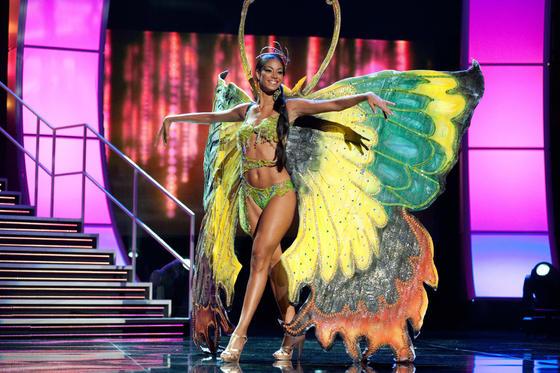 La candidata jamaicana a Miss Universo 2010, Yendi Phillipps, posa luciendo su traje nacional.  Foto: EFE