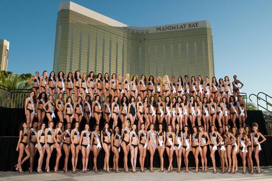 Todas las candidatas de Miss Universo 2010 posan en traje de baño.  Foto: EFE