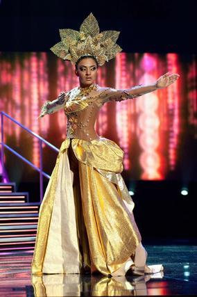 La candidata malasia a Miss Universo 2010, Nadine Ann Thomas, posa luciendo su traje nacional.   Foto: EFE