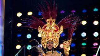 La candidata nicaragüense a Miss Universo 2010, Scharllette Allen Moses, luce su traje nacional.  Foto: EFE