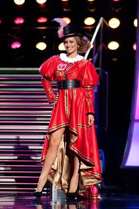 La candidata británica a Miss Universo 2010, Tara Vaitiere Hoyos, posa luciendo su traje nacional.   Foto: EFE