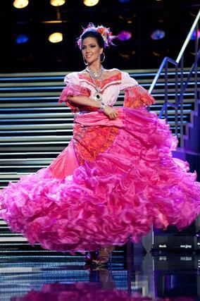 La candidata paraguaya, Yohana Benitez Olmedo, posa con su traje nacional  Foto: EFE