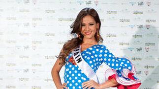 La candidata española, Adriana Reveron, posa con el traje nacional.  Foto: EFE
