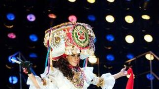 La candidata peruana, Giuliana Zevallos, posa luciendo su traje nacional.   Foto: EFE