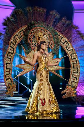 La candidata mexicana, Jimena Navarrete, posa con el traje nacional.   Foto: EFE