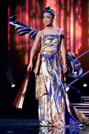 La candidata japonesa, Maiko Itai, desfila con su traje nacional.  Foto: EFE