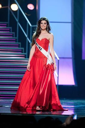 La candidata argentina desfila con el traje de noche.  Foto: EFE