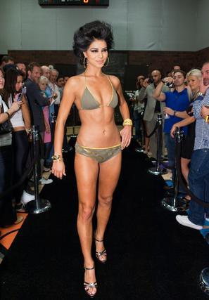 La candidata estadounidense posa en traje de baño.  Foto: EFE