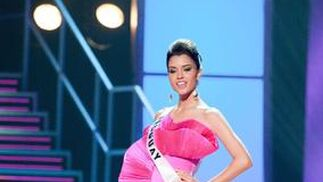 La candidata uruguaya desfila en traje de noche.  Foto: EFE