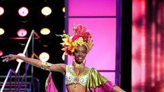 La candidata ecuatoriana, Lady Mina, luce su traje nacional.   Foto: EFE