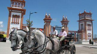 La Feria de Málaga 2010, la fiesta de la crisis y de un día menos, agota sus últimas horas con frenesí y ganas de pasarlo bien.