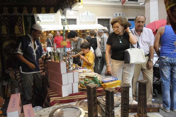Muchos visitantes recorrieron el barrio del Pópulo y disfrutaron del mercado Andalusí  Foto: J. Hernandez Kiki