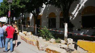 El portavoz del PP en el Ayuntamiento, Juan Ignacio Zoido, visita la calle porvernir para denunciar la situación de un edificio municipal que está abandonado y en riesgo de derrumbe.   Foto: Victoria Hidalgo