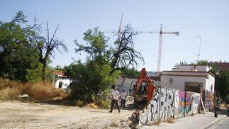 Las máquinas y los operarios ya han comenzado a trabajar en la demolición del edificio.  Foto: Victoria Hidalgo