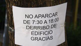 Un cartel indica el derrumbe del edificio.  Foto: Victoria Hidalgo