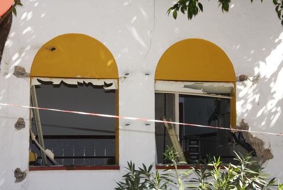 Unos individuos asaltaron el edificio y se llevaron todas las rejas.  Foto: Victoria Hidalgo