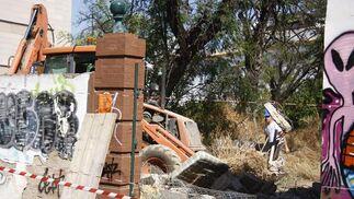 Las máquinas ya han comenzado a demoler parte del edificio.  Foto: Victoria Hidalgo