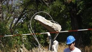 Un operario retira materiales del edificio que se va a demoler.  Foto: Victoria Hidalgo