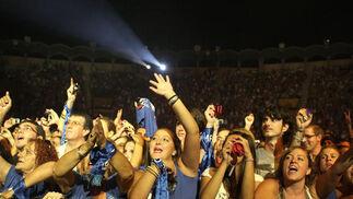 El cantante almeriense encandiló al público que se acercó hasta la plaza de toros Las Palomas de Algeciras  Foto: Vanessa Perez