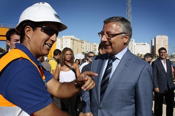 El ministro de Fomento, José Blanco, visitó las obras en la barriada de la Paz y confirmó que el puente gaditano será una de las obras 'indultadas' tras los recortes presupuestarios del Gobierno  Foto: Julio Gonzalez