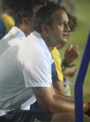Risto Vidakovic, tranquilo en el banquillo visitante.   Foto: LOF