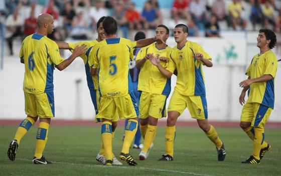 Velasco corre a abrazar a Baquero seguido por sus compañeros.   Foto: LOF