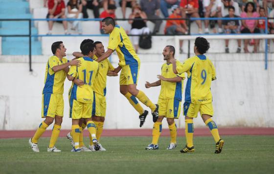 Los jugadores felicitan a Velasco tras anotar el 0-1.   Foto: LOF