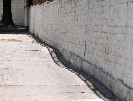 El muro de separación con el instituto Asta Regia está inclinado hacia afuera.  Foto: Manuel Aranda