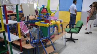 Muebles apilados en una de las aulas que todavía se encuentran sin pintar.  Foto: Manuel Aranda