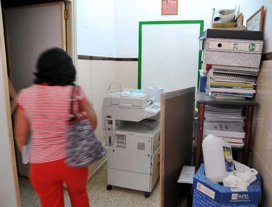 """Los padres aseguran que """"desde hace tres años no recibimos un duro para mantenimiento y desde hace cuatro no se hace nada en este sentido"""".  Foto: Manuel Aranda"""