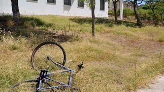 Hay piedras y hasta una bicicleta rota.   Foto: Manuel Aranda