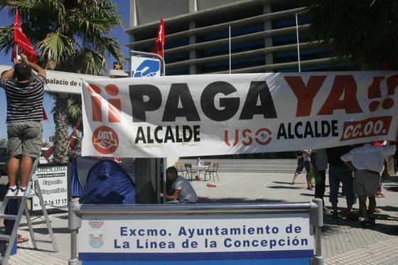 Los delegados sindicales de CCOO, UGT y USO, están acampados a las puertas del Palacio de Congresos y Exposiciones de La Línea, como medida de protesta por el impago de la nómina de los trabajadores municipales  Foto: J.M.Quinones