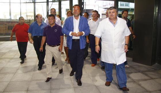 El alcalde de Sevilla, Alfredo Sánchez Monteseirín, durante su visita al nuevo mercado de la Encarnación.  Foto: Victoria Hidalgo