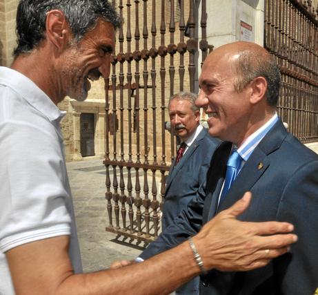 Antonio Álvarez saluda al presidente, José María del Nido.  Foto: Manuel Gómez
