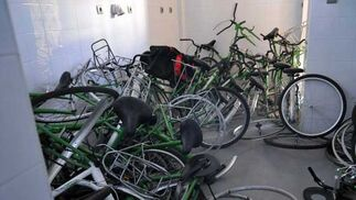 Bicicletas del servicio público del Ayuntamiento forman un amasijo de hierros en una de las dependencias de la estación  Foto: Manuel Aranda