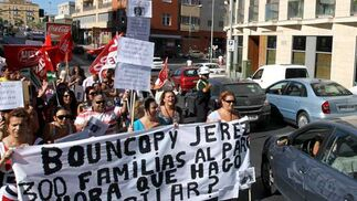 Unos 150 trabajadores de Bouncopy se movilizan contra el ERE que ha solicitado la empresa de telemarketing. Los manifestantes se concentraron en la rotonda del Minotauro donde cortaron el tráfico durante la mañana  Foto: Miguel Angel Gonzalez