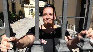 La presidenta del comité de empresa Isabel Sánchez posa en la entrada de la sede de Bouncopy.  Foto: Miguel Angel Gonzalez