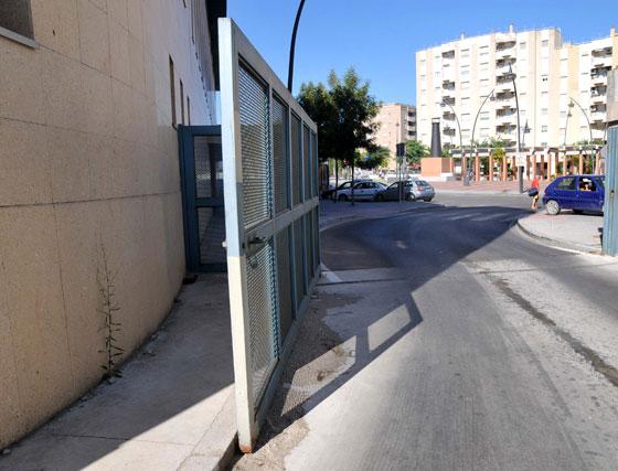 La puerta de acceso de los autobuses a los andenes no se pueda cerrar  Foto: Manuel Aranda