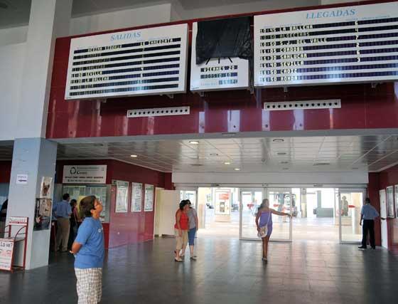 Un niño observa el panel de horarios de la estación de autobuses, donde luce un reloj estropeado y que ha sido tapado con una bolsa. Los otros dos relojes del recinto tampoco funcionan.  Foto: Manuel Aranda
