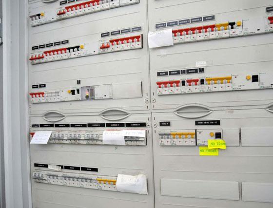 El cuadro eléctrico no reúne las mínimas condiciones de seguridad, además algunos de los fusibles e interruptores han quedado en desuso  Foto: Manuel Aranda