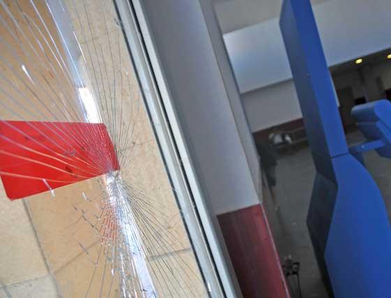El cristal de la puerta de entrada, roto tras la última pelea.  Foto: Manuel Aranda