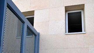 Las ventanas de los servicios no pueden cerrarse porque se encuentran en mal estado lo que abre la puerta a que desconocidos se cuelen en el interior  Foto: Manuel Aranda