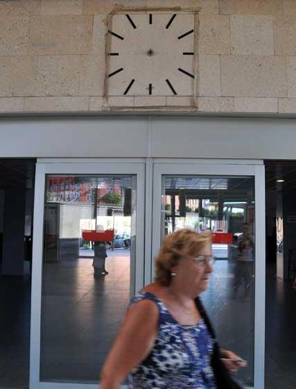 El reloj que hay a la entrada de la estación no tiene manilllas  Foto: Manuel Aranda