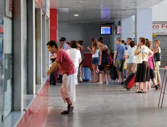 Los usuarios tienen que enfrentarse a diario a unas instalaciones deficitarias en las que destaca la falta de vigilancia  Foto: Manuel Aranda